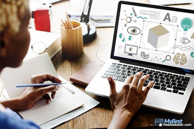 Google Sites отзывы: женщина использует ноутбук.